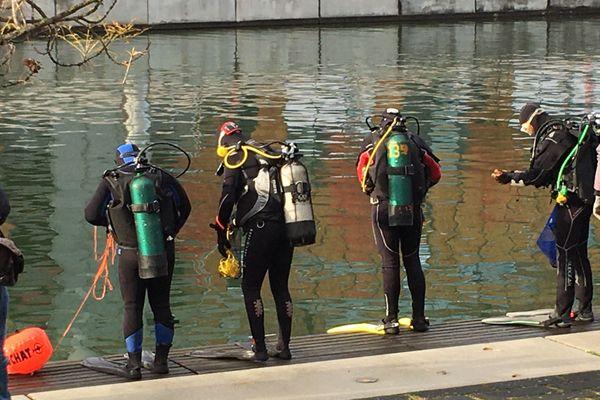 Les plongeurs s'apprêtent à se mettre à l'eau à la recherche de déchets étranges.