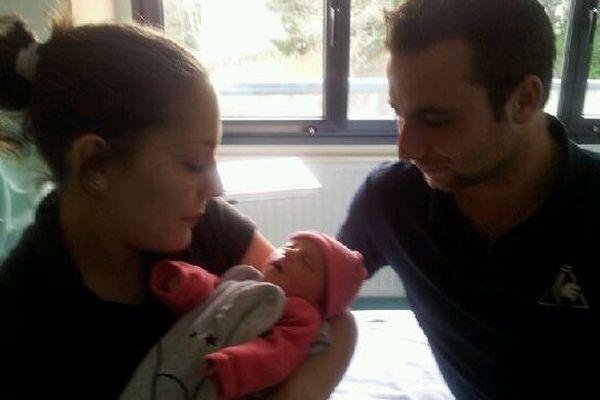 Gwendoline, le premier bébé né en Limousin en 2016, entourée par ses parents