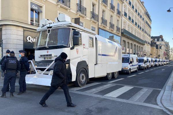Un canon à eau des forces de l'ordre déployé dans les rues de Rennes