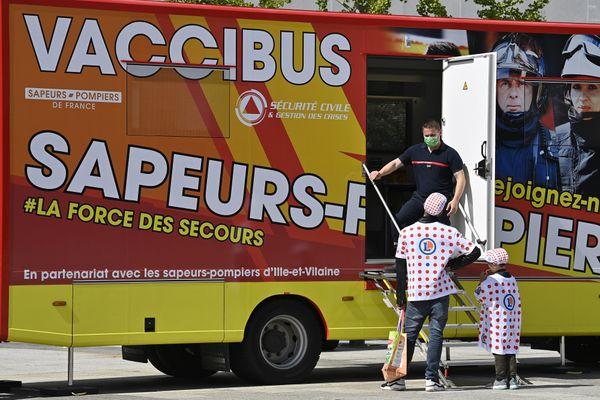 Un vaccibus des sapeurs pompiers sur la troisième étape du Tour de France dans le Morbilhan, le 28 juin 2021.