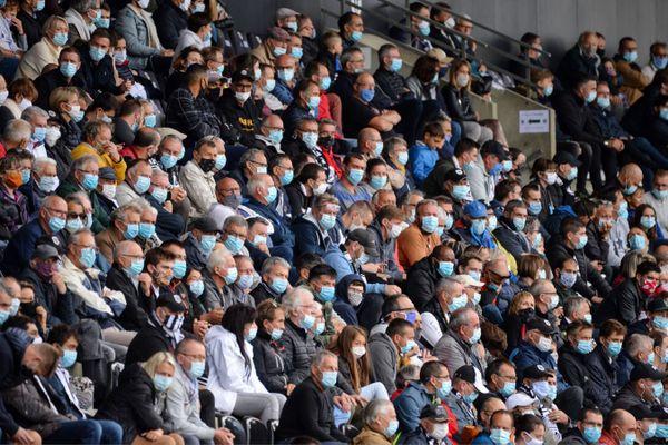 Un public entièrement masqué lors de la rencontre de football Angers/ Bordeaux le 30 août 2020.