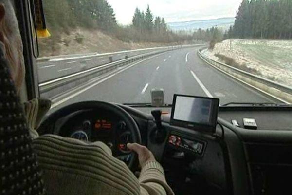 Au volant de son camion, Emile s'apprête à tester le tout nouveau barreau de Balbigny