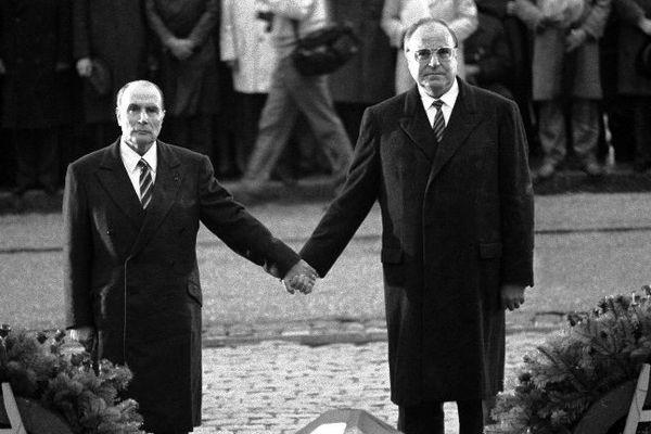 22 septembre 1984 : le chancelier allemand Helmut Kohl et le président Français François Mitterrand se tiennent la main pendant la Marseillaise pour réaffirmer la réconciliation Franco-Allemande, devant l'Ossuaire de Douaumont, sur les champs de bataille de la Première Guerre Mondiale, près de Verdun (Meuse).