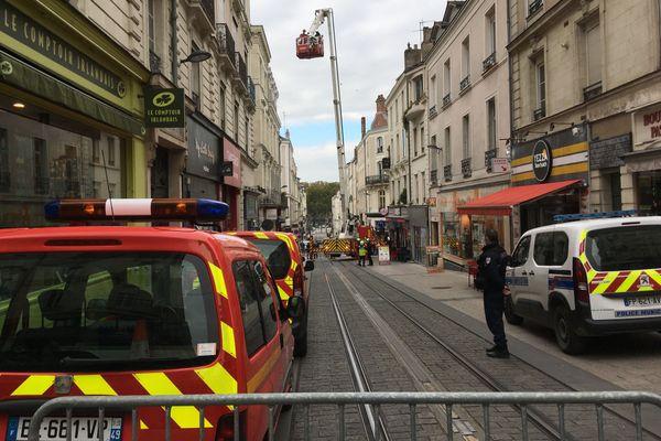 Deuxrues du centre ville d'Angers bloquées à la circulation, ce samedi 17 octobre après-midi. Les pompiers interviennent sur une cheminée qui  menace de s'effondrer.