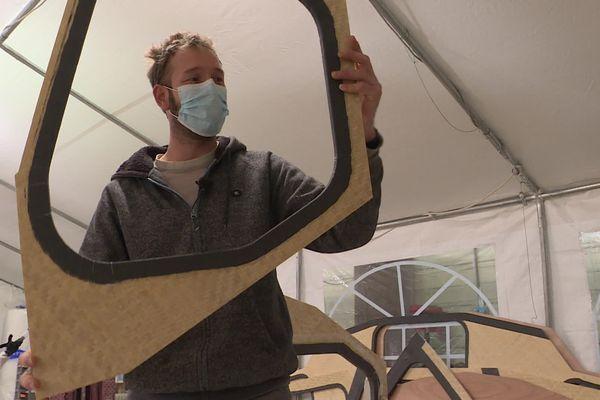 Sur son chantier de La Rochelle, Antoine Monfray dessine, usine et assemble les différentes pièces en bambou du voilier.