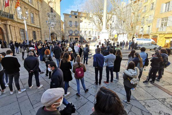 Les étudiants se sont rassemblés debant la mairie d'Aix-en-Provence pour exprimer leur ras-le-bol et leur mal-être actuel.