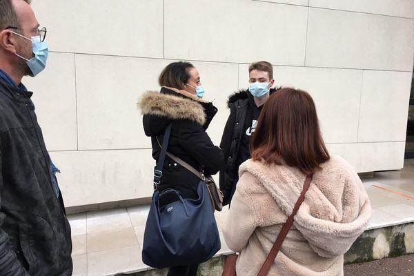Louison Ternois avec son avocate et sa famille, le 2 décembre, devant le Tribunal de Coutances.