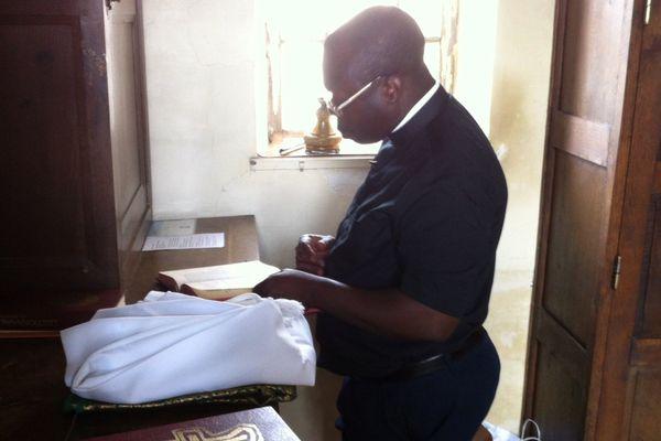 Le père Firmin est l'un des huit prêtres remplaçants pendant l'été dans l'Allier