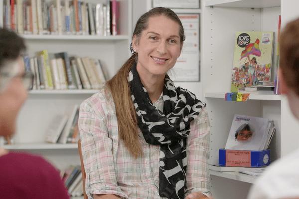Clara, l'une des bénévoles de Nosig reçoit une famille lors d'une permanence