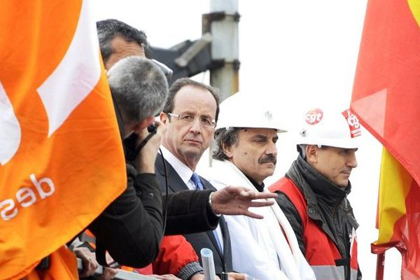 Le candidat PS à l'élection présidentielle, François Hollande, à Florange devant le site ArcelorMittal le 24 février 2012.