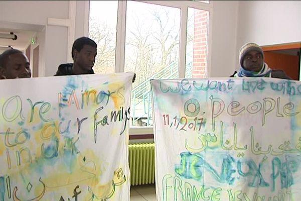 Au moment de la visite de l'équipe de France 3, des jeunes migrants accueillis à Pierrefitte ès Bois ont déployé ces banderoles.