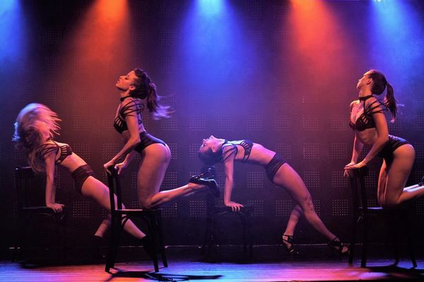 """""""Les Feux de la rampe"""" présente un cabaret sensuel qui met en avant la féminité sans vulgarité."""