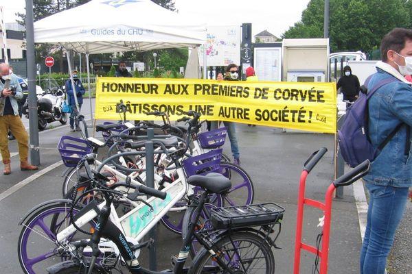 A Angers, comme à nantes les manifestants se sont rassemblés devant l'hôpital, masqués et en respectant les distances de sécurité.