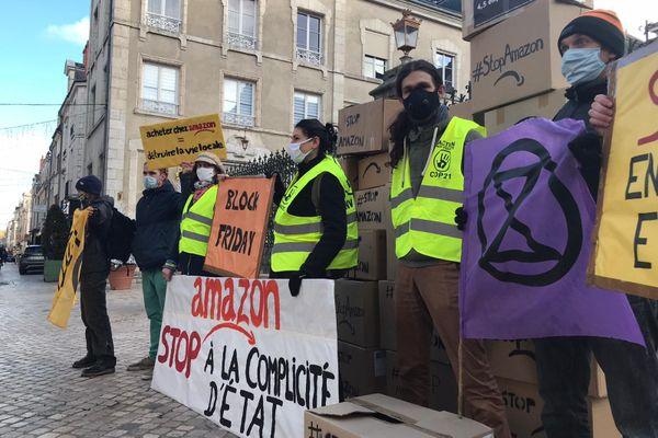 """Une dizaine de militants ont effectué une """"action symbolique"""" devant les grilles de la préfecture du Loiret à Orléans."""