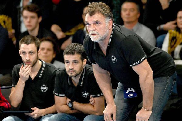 L'entraîneur du Fénix handball Philippe Gardent et son staff font face à un début de saison intense pour leur équipe.