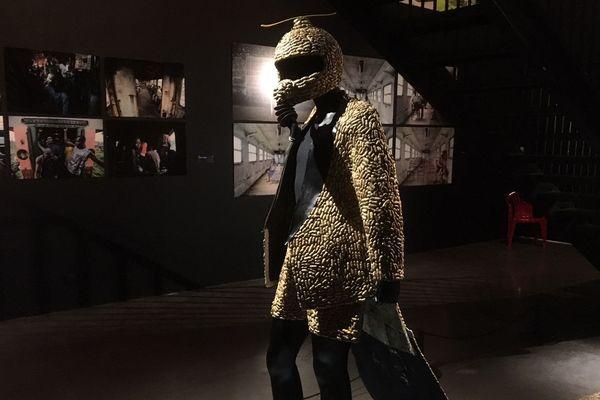 """Dans le cadre de l'exposition """" Kinshasa Chroniques """" Yannick Makanka Tungaditu, dit Yannos Majestikos, a créé un costume fait de cacahuètes - 23 octobre 2018"""