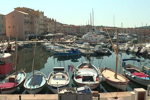 Les bateaux sont à l'arrêt dans le port de Saint-Tropez.