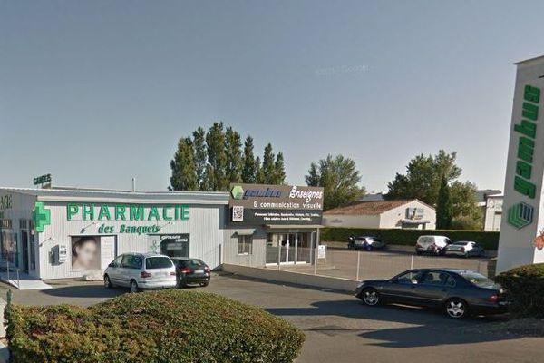 La pharmacie a été détruit et l'entreprise de sérigraphie attenante en partie touchée par l'incendie.