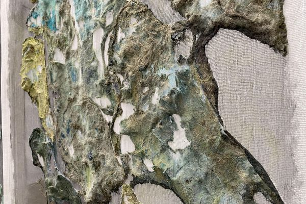 """L'œuvre de Béatrice Chanfrault, """"l'Aube désertée"""", frappe le visiteur par le jeu de textures qui en ressort."""