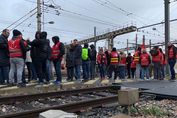 10/01/2020. Retraites : des manifestants envahissent les voies à la gare de Marseille.