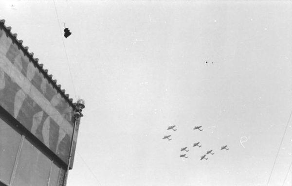Une formation de bombardiers allemands Dornier Do 17 photographiée dans le ciel français en septembre 1940.