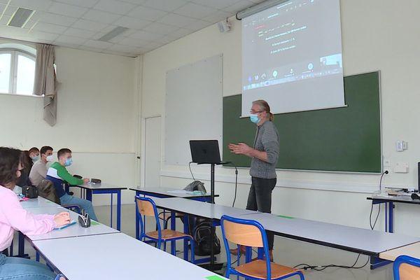 Retour des étudiants en demi-groupe à la fac de sciences de Metz lundi 25 janvier