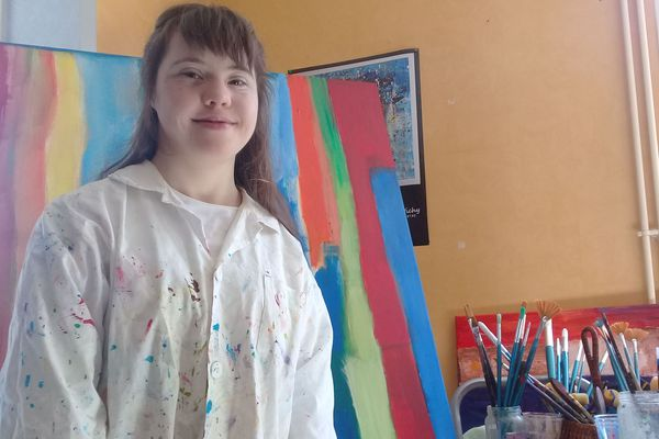 A 21 ans, Manon Vichy est déjà une artiste reconnue dans le milieu de la peinture. Dans le Puy-de-Dôme, où elle vit avec ses parents, la jeune fille, porteuse de trisomie 21, exprime toute sa sensibilité dans ses toiles où la couleur dépeint sa joie de vivre.