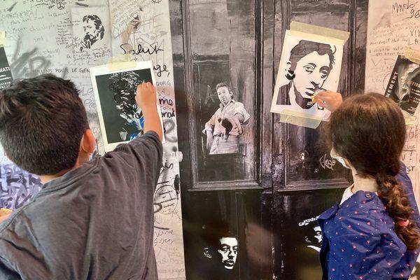 Une fresque permet au public d'écrire un petit mot en hommage au chanteur décédé il y a trente ans.