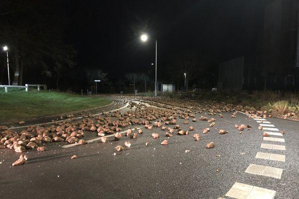 Des centaines de betteraves sur la route à Amiens Nord