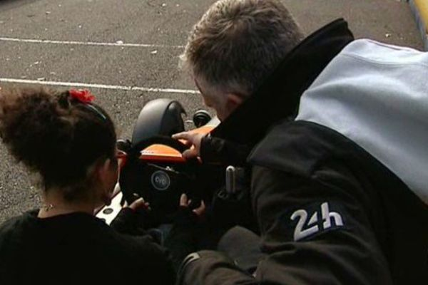 Angelina a pu se faire plaisir au volant de cette voiture électrique spécialement conçue pour les personnes handicapées.