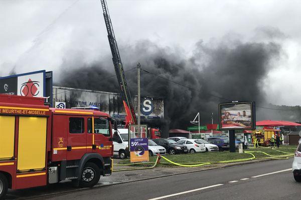 L'incendie ravage un magasin de pneus.
