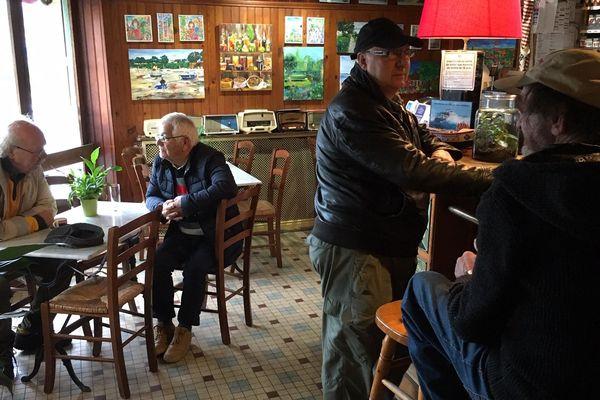 """Au """"Mieux ici qu'en face"""" dans le quartier du Pollet à Dieppe, les habitués se donnent rendez-vous chaque matin pour un petit café. L'occasion de deviser sur toutes sortes de sujets."""