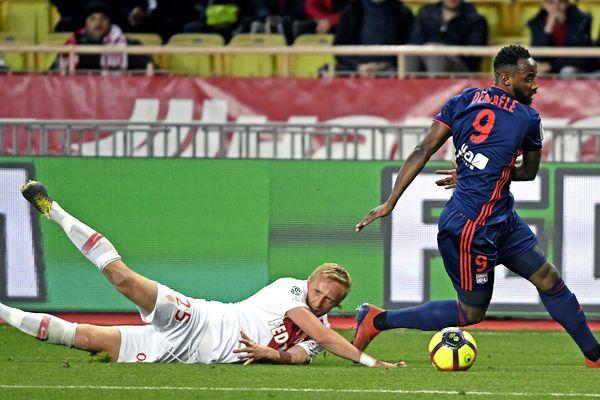 A Monaco au stade Louis 2,  Moussa Dembele et Kamil Glick, lors de la 26e journée de ligue 1.