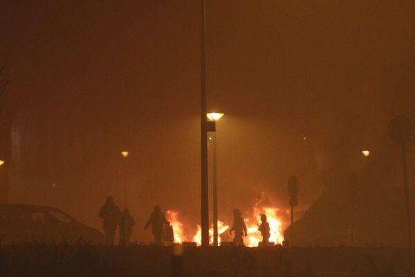 Des voitures en feu dans le quartier de Cronenbourg à Strasbourg lors de la nuit du nouvel an.