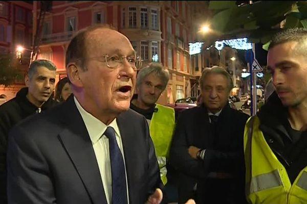 Le maire de Menton Jean-Claude Guibal en train d'échanger avec des gilets jaunes devant la mairie.