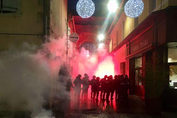 Plusieurs manifestations de gilets jaunes se sont déroulées dans la région dans le cadre de l'acte VI. A Montpellier, Nîmes, Carcassonne (comme ici) ou encore au Boulou, les forces de l'ordre ont dû intervenir pour disperser les manifestants.