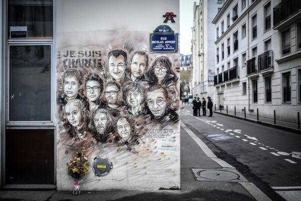 Sur l'immeuble de Charlie Hebdo à Paris, les visages des victimes de l'attentat du 7 janvier 2015