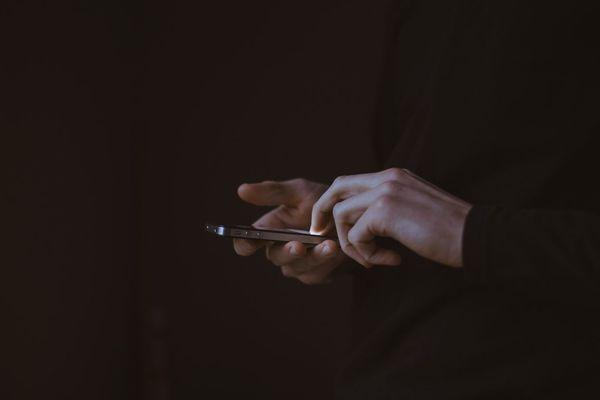 Le téléphone, instrument de torture pour la génération Z, au coeur du roman de Francesca Serra