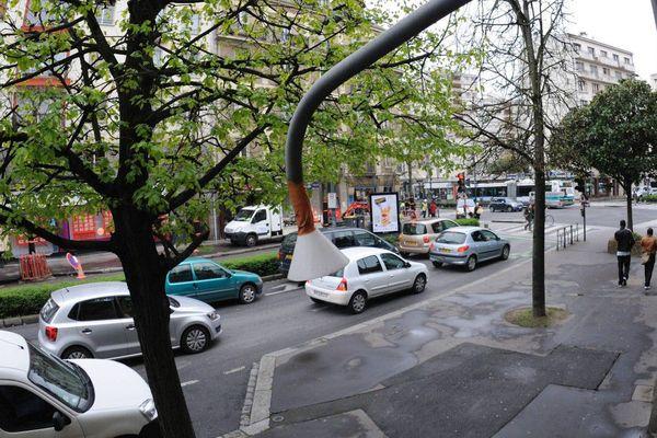 Rennes : une canne de prélèvement d'air mesure le monoxyde d'azote, monoxyde de carbone, dioxyde d'azote boulevard de la Liberté en 2011 (Air Breizh)