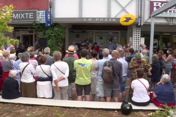 150 habitants ont manifesté ce vendredi 14 août devant le bureau de poste Polo-Beyries à Bayonne.