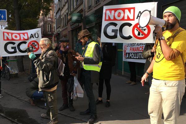 """Les slogans se succèdent: """"Sans le Crédit agricole, le GCO ne pourrait pas se faire!"""""""