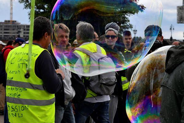 Des gilets jaunes entourés de bulles géantes, lors d'une manifestation à Bordeaux, en mai 2018 - Photo d'illustration