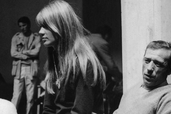 """Yves Montand et Françoise Hardy lors du tournage du film """"Grand Prix"""", à Royat (Puy-de-Dôme)."""