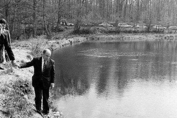 Le 13 avril 1981, François Mitterrand est candidat à la présidence de la République. Lors d'une pause entre deux réunions électorales, il marche le long d'un lac près de Montsauche, dans la Nièvre. A ses côtés, son ami l'écrivain Paul Guimard