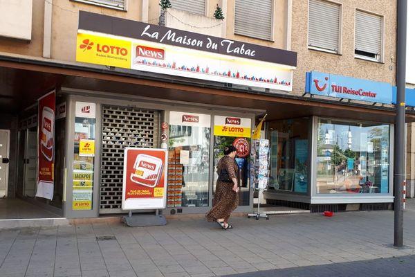 Buraliste de Kehl, fermé et déserté par les Français qui n'ont plus le droit de venir dans la cité rhénane faire leurs courses, le 23 avril 2020.