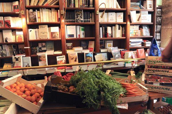 Un étal dans la librairie Le belle Hortense
