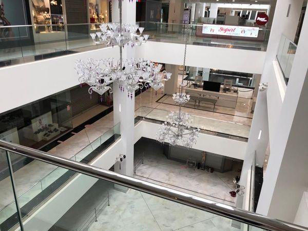 Le centre commercial Nice Etoile au centre-ville, vide, se prépare à la réouverture.