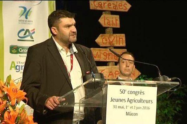 Jérémy Decerle, 31 ans, éleveur de charolais à Chevagny-sur-Guye, en Saône-et-Loire, est le nouveau président national des Jeunes Agriculteurs