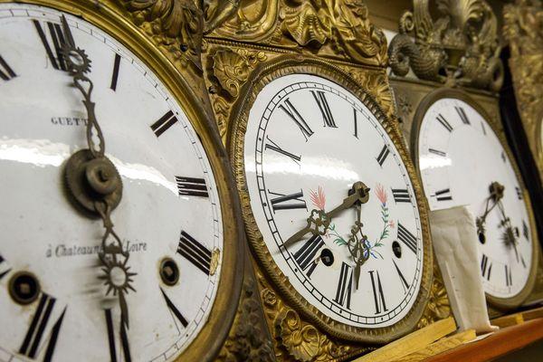 Au musée de l'horloge à Charroux dans l'Allier, un passionné fait découvrir les secrets des horloges qu'il collectionne.