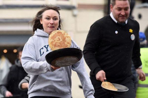 Au Pays de Galles dans le Nord du Royaume-Uni, des courses de pancakes sont organisées lors de Mardi Gras.